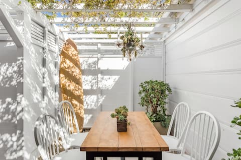 Hibernation Ready, Private Abbot Kinney Hideout with Patio.