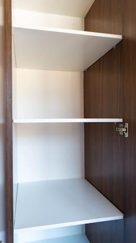 Espacioso closet.  Spacious closet.