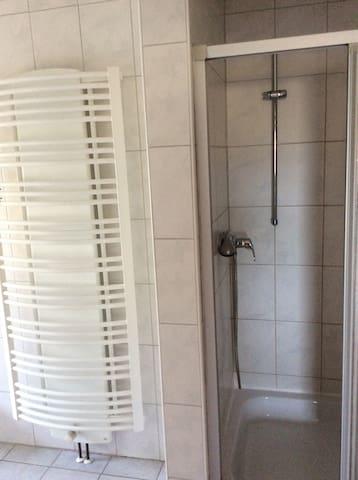 Gemütliches Zimmer für 20€ pro P. - Burghaun - Appartement