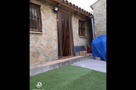 Casa tipo rural con patio y barbacoa.