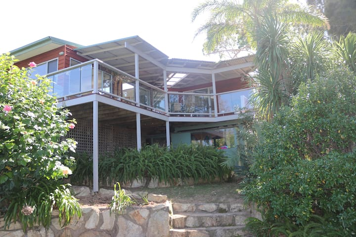 Large deck, sea views, just 5 mins to cafes & spa!
