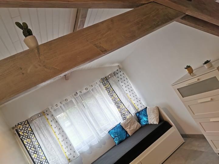 Studio rénové au calme avec terrasse couverte