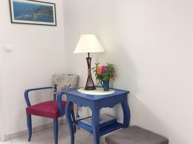 Le petit espace lecture vous accueillera avec les fleurs de saison de mon jardin