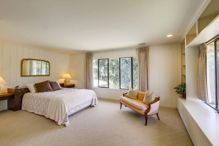 Bright private large 2nd floor bedroom