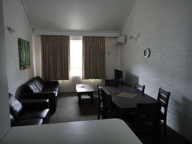 Spacious Self Contained Apt in Superb Location - Essendon - Apartemen