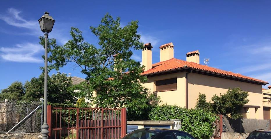 Casa abuhardillada en La Losa, con jardín