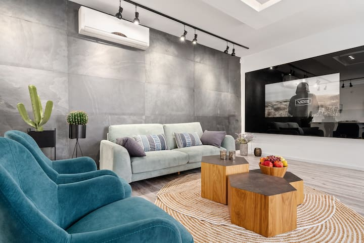 Холл, диван, телевизор, кресла, кондиционер (мазган).