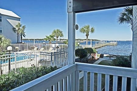 2B/2bath condo, dock access, beach across street - 華爾頓堡灘(Fort Walton Beach)