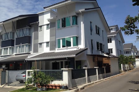 Nice and Cozy place to stay in KL - Kajang - House