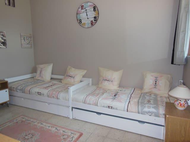 chambre d'enfants avec 4 lits 90x200 (ou chambre d'adultes)