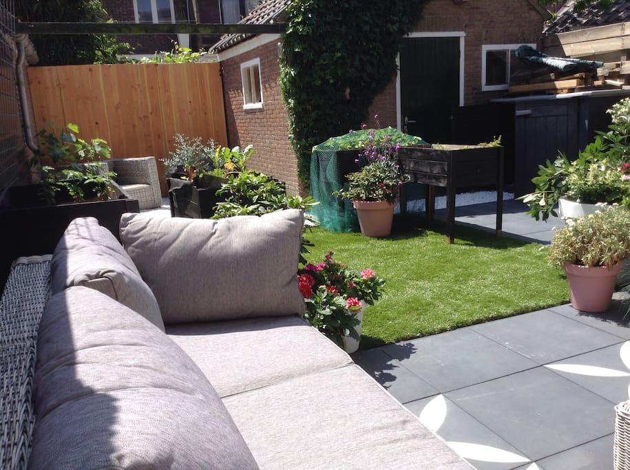 De tuin is ideaal geschikt voor kleine en grote kinderen. Een fijn stukje kunstgras en een fantastische lounge bank!