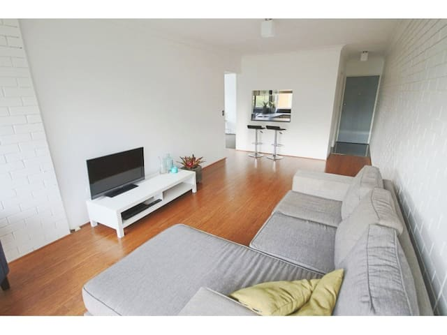 2 BR Modern apartment close to city with pool! - Kedron - Lägenhet