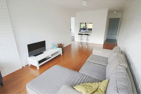 2 BR Modern apartment close to city with pool! - Kedron