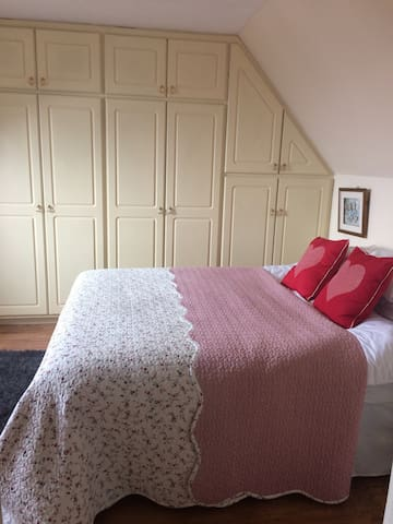 Beautiful room in old market town - Cowbridge - House