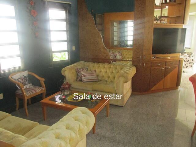 Casa Duplex - 05 quartos (04 suites), 10 pessoas.