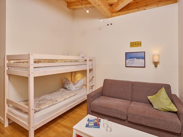 Sovrum 2 med våningssäng samt bäddsoffa med 2 sovplatser