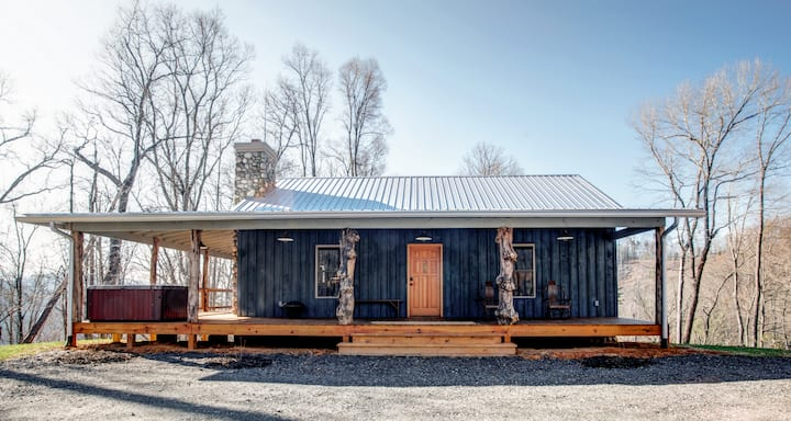 Silent Night; Private cabin with Mountain Views, Hot Tub and Fire Pit!