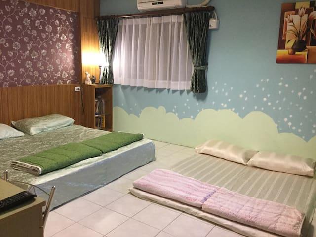 溫馨舒適的四人家庭房,幼兒不怕跌落床鋪,安全又方便。 - 花蓮縣 - Bed & Breakfast