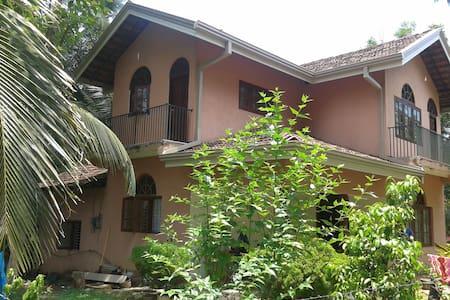 Dennis' Airport Homestay Triple BB - Negombo - 家庭式旅館