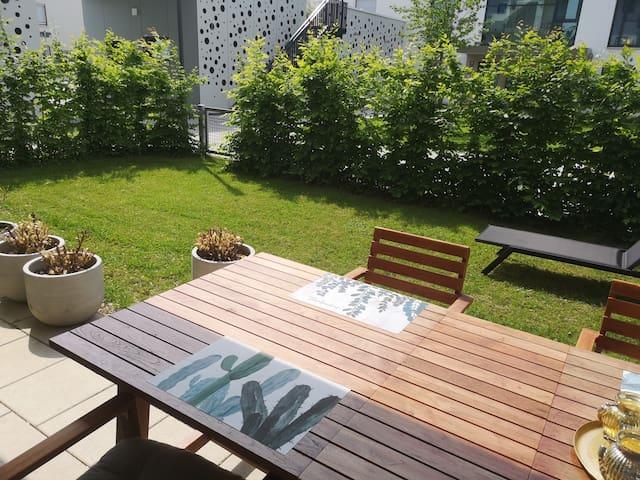 Spacious modern studio+garden and good connections
