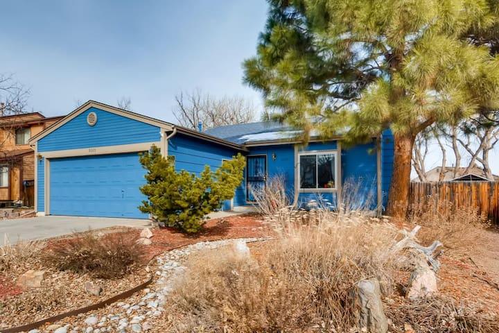 The Little Blue House, near Red Rocks can sleep 10
