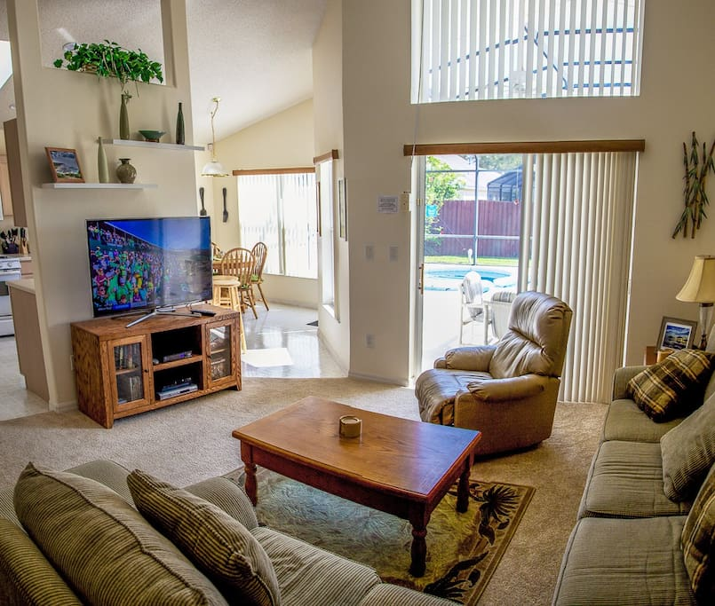 Family Room  with large flatscreen tv,dvd player and Sony Playstation 3.
