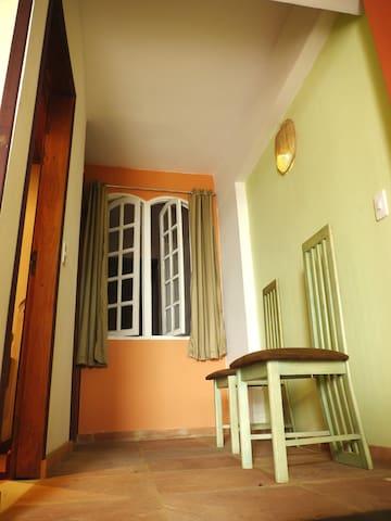 Appartment private entrance. A suite tem a sua propria entrada privada. La suite comporte une petite entrée .