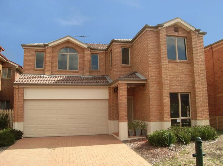 Beautiful 5 Bedroom, 3 bathroom home in the heart of South Morang. Multiple rooms to choose from , your own bathroom and access to a large kitchen and multiple living areas.Close to Shops , transport and universities this is a great place to visit or call home.