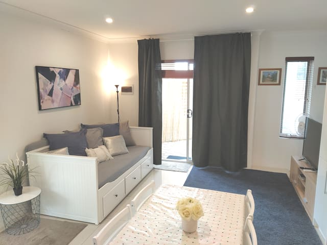 Belmont Darling - New, Lovely! Near Airport & City