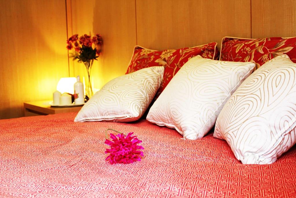 King size金革名床& Ralph Lauren床包組,躺在床上,享受 精品級床包組的細緻感