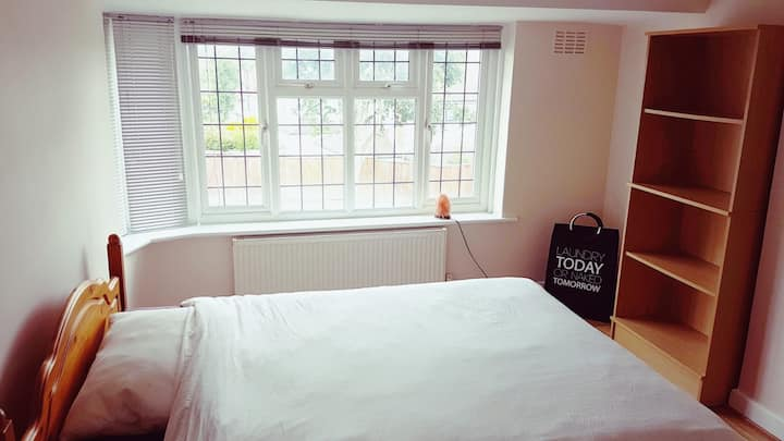 Large double room available close to London