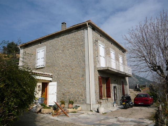 Maison village surplombant Ajaccio - Sarrola-Carcopino - Huis