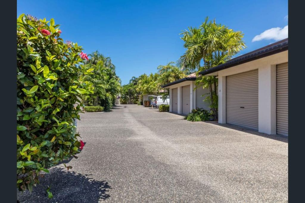 Our house is located on a quiet street, only 700m to Palm Cove Jetty.