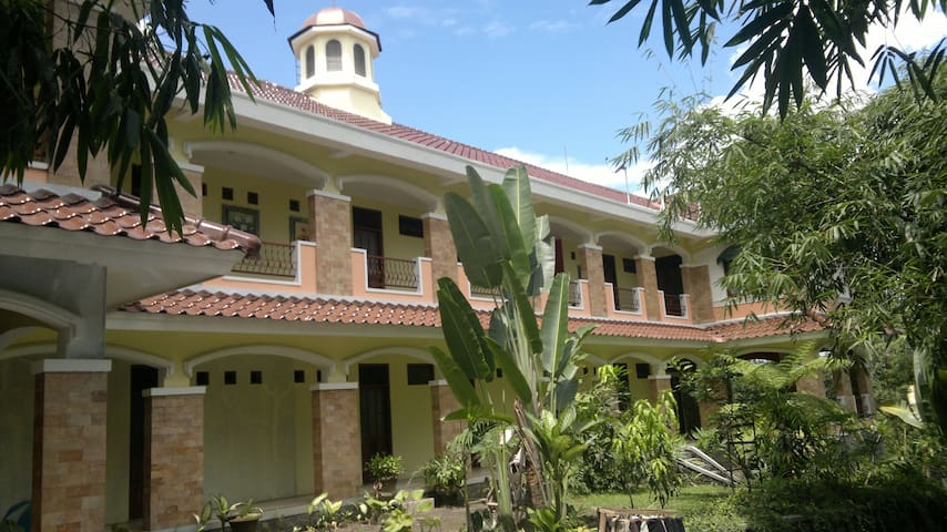 Villa Alicia : a villa in a village