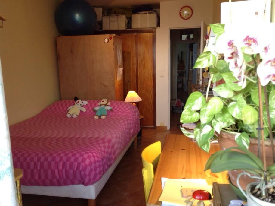 Une chambre lumineuse. Un lit très confortable 2m00/140. Un lit d'appoint 090X200.  Une chambre entièrement rénovée très fleurie