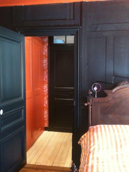 accès à la chambre principale depuis le dressing.