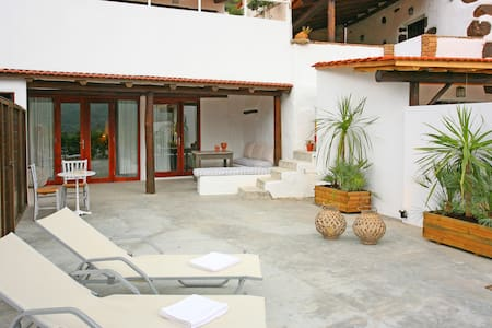 Deluxe Suite with private yard and Hot Tub - Chania