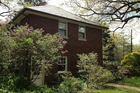 Charming 1 BR Apt in Carriage House - University Park