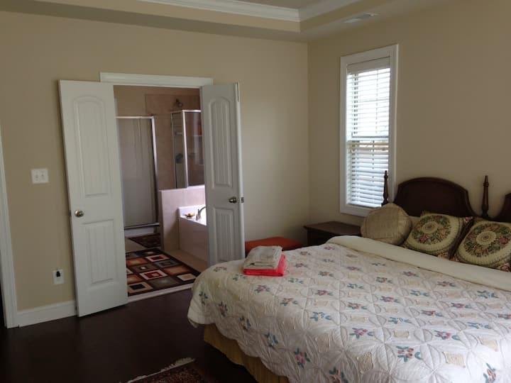 Spacious Master Bedroom Suite Close to Duke