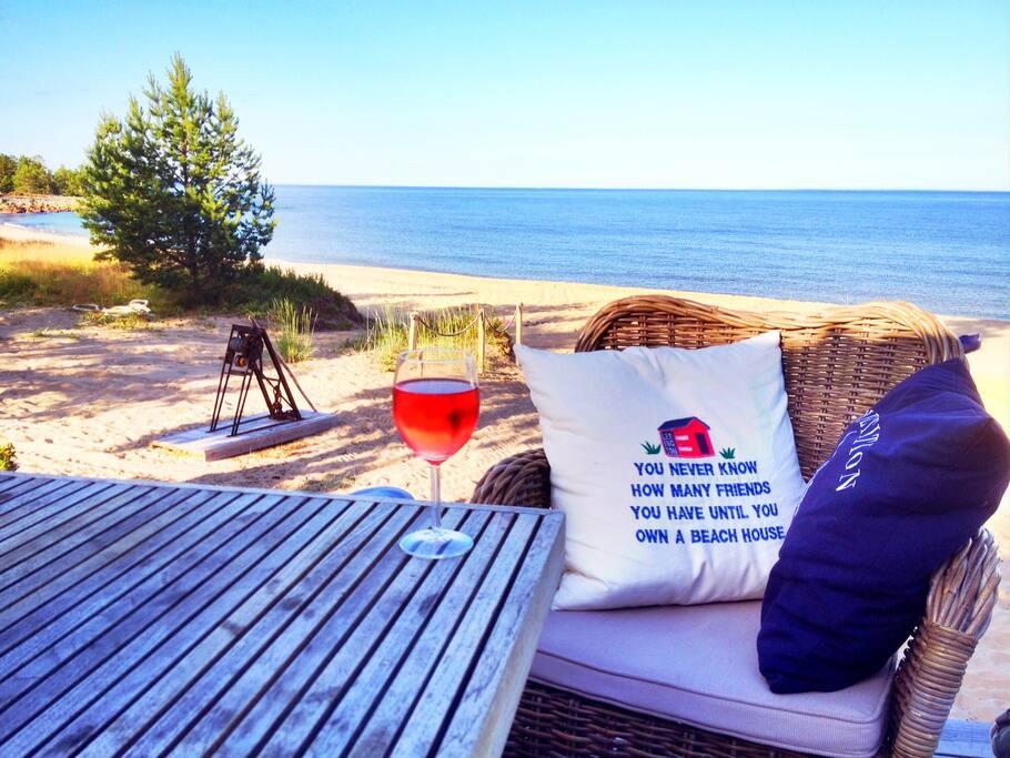 My breakfast is Always outdoor and the view over your beach. Ute platsen där man givetvis intar frukost på morgonen och umgås.