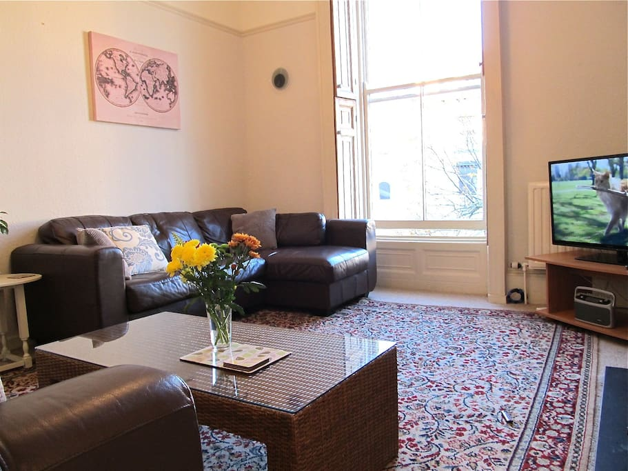 Enjoy the South-facing living room. Free wi-fi, and easy links to local transport. Panasonic Lcd tv and Roberts Radio