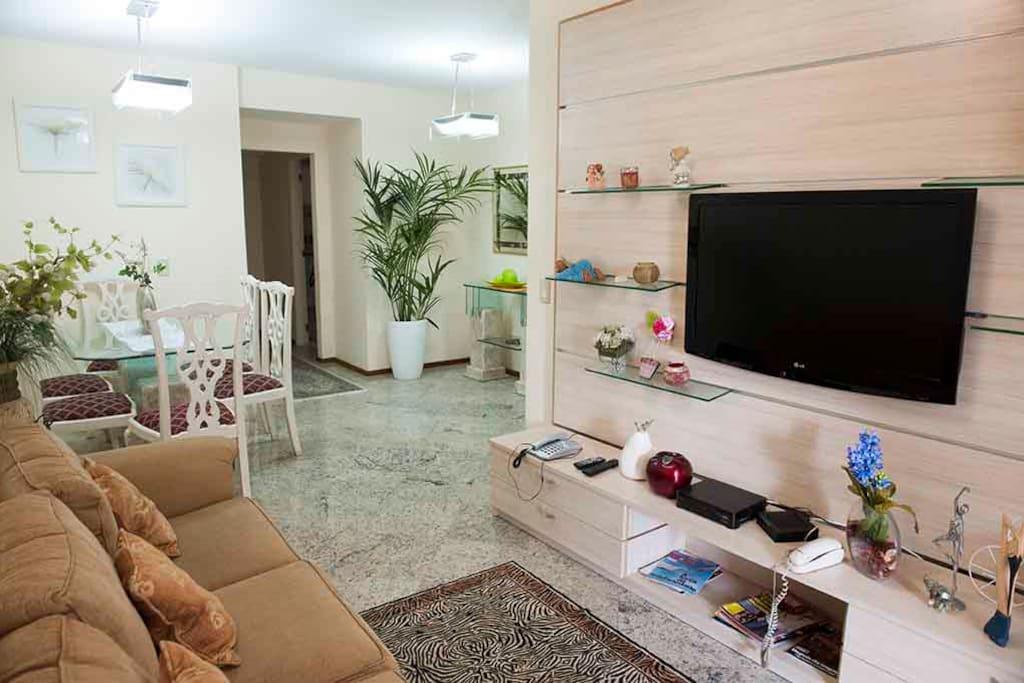 Sala com dois ambientes,ar condicionado e Tv .