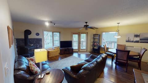 Mountain get away!  Modern 2 bedroom condo with fireplace and soaker tub. Minutes to the hot pools!