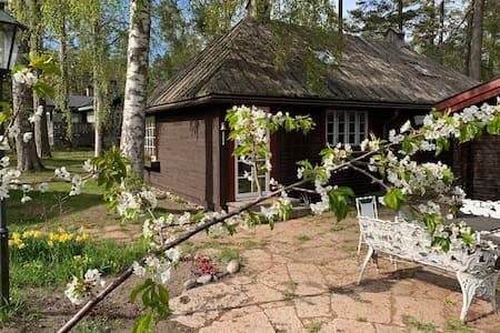 Litet hus med naturskönt läge vid havet!