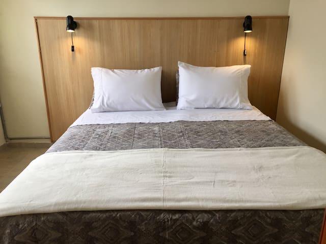 Cama doble de habitaciòn con baño privado- Puede ser matrimonial de 1,60 m o prepararse como 2 camas separadas