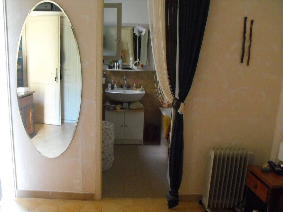 chambre, salle de bain.