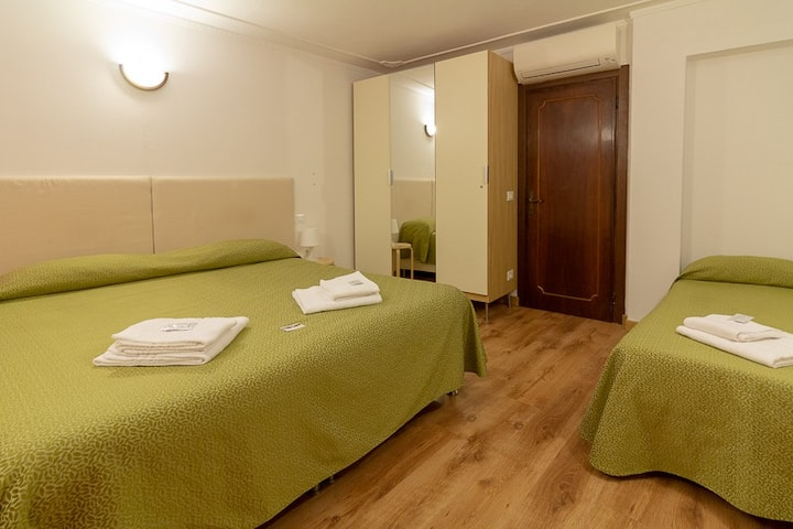 Rooms w/ shared bathroom, 3 persons, Venice center