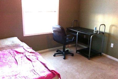 Nice Room close to UW, St. Jocob