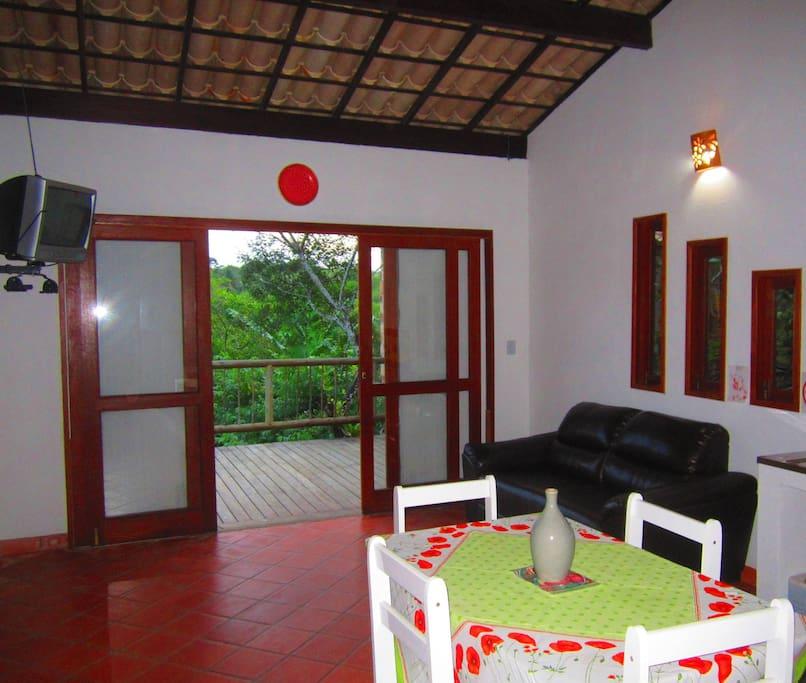Sala e cozinha integradas à varanda