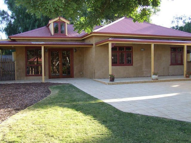 Rivergum Cottage - Gawler Barossa Region - Wi-Fi - Gawler South - Bed & Breakfast